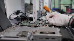 Wręcza technik naprawia komputer, technik zakończenie up który zmienia komputerowego ` s procesor, z selekcyjnym zdjęcie wideo