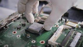Wręcza technik naprawia komputer, technik zakończenie up który zmienia komputerowego ` s procesor, z selekcyjnym zbiory wideo