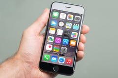 Wręcza Trzymać Apple iPhone6 Z Różnorodnym Apps Na ekranie Obrazy Stock