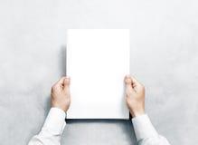 Wręcza trzymać białego czasopismo z pustej pokrywy mockup Obrazy Stock