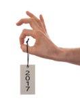 Wręcza trzymać etykietkę 2017 - nowy rok - Zdjęcia Royalty Free