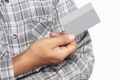 Wręcza trzymać kredytową kartę, odosobnioną na białym tle Obraz Royalty Free