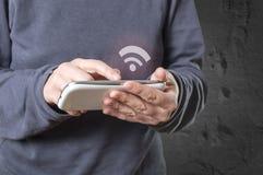 Wręcza trzymać mądrze telefon, wifi ikona pojawiać się na ekranie zdjęcia stock