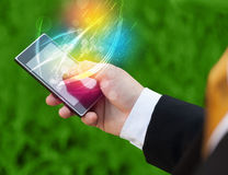 Wręcza trzymać mądrze telefon z abstrakcjonistycznymi jarzy się liniami Obraz Stock