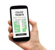 Wręcza trzymać mądrze telefon z onlinym bileta pojęciem na ekranie Obraz Royalty Free
