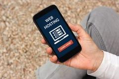 Wręcza trzymać mądrze telefon z web hosting pojęciem na ekranie Zdjęcie Royalty Free