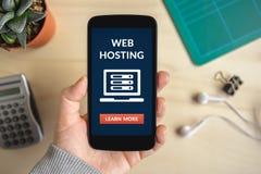 Wręcza trzymać mądrze telefon z web hosting pojęciem na ekranie Zdjęcia Stock