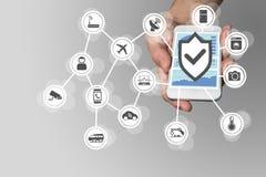 Wręcza trzymać nowożytnego mądrze telefon na neutralnym tle Ochrona dla interneta rzeczy pojęcie obrazy royalty free