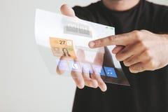 Wręcza trzymać przejrzystą przyszłościową pastylkę robić graphene. Pojęcie.