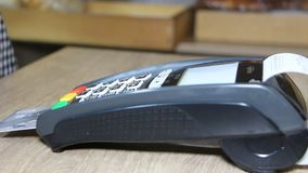 Wręcza używać banka terminal dla kredytowej karty zapłaty zbiory wideo