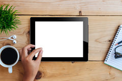 Wręcza używać mockup pastylkę na drewnianego biurka białym pokazie obrazy royalty free
