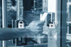Wręcza używać ochronę kluczowa karta otwiera drzwi wchodzić do intymnego budynek Domu i budynku system bezpieczeństwa Zdjęcie Royalty Free