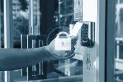 Wręcza używać ochronę kluczowej karty skanerowanie otwiera drzwi wchodzić do intymnego budynek z kędziorek ikony technologią Domu fotografia royalty free