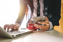 Wręcza używać pastylkę, laptop i trzymać smartphone z kredytowej karty online bankowości płatniczą siecią komunikacyjną, obrazy royalty free