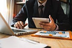 Wręcza używać pastylkę, laptop i trzymać smartphone z kredytowej karty online bankowości płatniczą siecią komunikacyjną, zdjęcia stock
