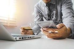 wręcza używać pastylkę, laptop i trzymać smartphone z kredytowej karty online bankowości zapłatą, fotografia royalty free