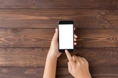 Wręcza używać telefon pusty ekran na odgórnym widoku obrazy royalty free