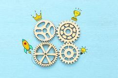 wręcza umieszczać cogwheel w secie przekładnia mechanizm zdjęcie royalty free