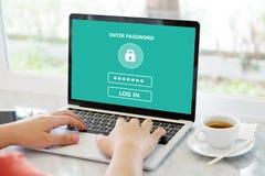 Wręcza wiązać laptop z hasło nazwą użytkownika na ekranie, cyber obrazy stock