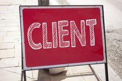 Wręcza writing teksta podpisu inspirację pokazuje klienta pojęcia znaczenia klienta klienta biznes pisać na starych zawiadomienie Zdjęcie Royalty Free