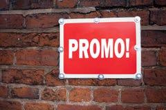 Wręcza writing teksta podpisu inspirację pokazuje Promo pojęcia znaczenia Promo sprzedaży zakupy produktu promocję pisać na stary Obraz Stock