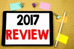 Wręcza writing teksta podpisu inspirację pokazuje 2017 przegląd Biznesowy pojęcie dla Rocznego Zbiorczego raportu Pisać na pastyl obraz stock