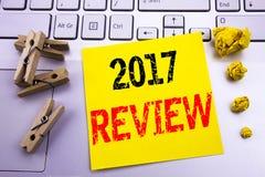 Wręcza writing teksta podpisu inspirację pokazuje 2017 przegląd Biznesowy pojęcie dla Rocznego Zbiorczego raportu pisać na kleist Zdjęcie Stock