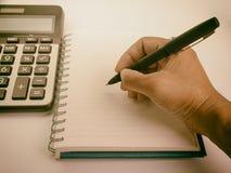 Wręcza writing w notatnika używać fontanny pióro Zdjęcie Royalty Free