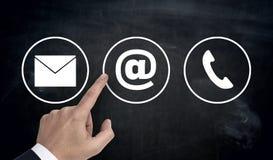 Wręcza wskazywać przy kontaktowym opcj ikon emaila listu telefonem Zdjęcie Royalty Free
