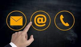Wręcza wskazywać przy kontaktowym opcj ikon emaila listu telefonem Zdjęcie Stock