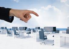 Wręcza wskazywać w powietrzu biurowi biurka z niebem Obraz Stock