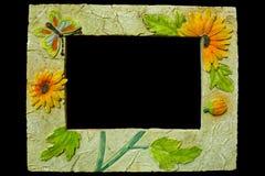 Wręcza wykonującą ręcznie fotografii ramę z motyla i kwiatu projektem obrazy royalty free