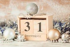 Wręcza zmieniać drewnianego kalendarz z różnymi nowy rok dekoracjami obrazy royalty free