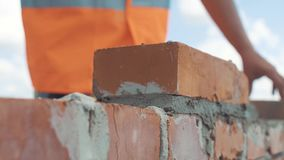 Wręczający strzał murarz budów ściana zbiory wideo