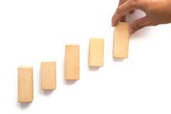 Wręcza aranging drewnianego bloku sztaplowanie jako kroka schodek Obraz Royalty Free