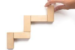 Wręcza aranging drewnianego bloku sztaplowanie jako kroka schodek Zdjęcia Stock