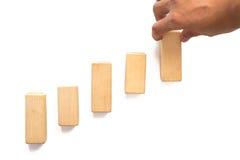 Wręcza aranging drewnianego bloku sztaplowanie jako kroka schodek Zdjęcie Stock