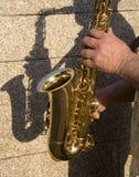 wręcza gracza saksofon Zdjęcie Stock