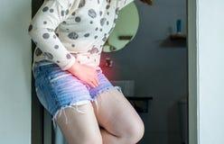 Wr?cza kobiety trzyma jej crotch, ?e?ska potrzeba siusia?, Urinary incontinence obraz royalty free