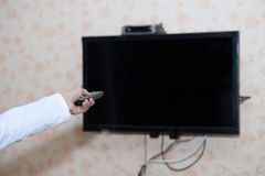 Wręcza TV, Nastraja i obraca dalej TV Zdjęcie Stock