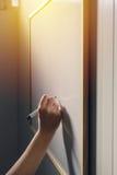 Wręcza writing na whiteboard biuro, biznes i edukacja -, Zdjęcie Stock