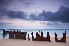 Wrack auf australischem Strand an der Dämmerung Stockfoto