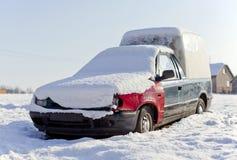 Wrack, verworfenes Auto im Schnee Lizenzfreie Stockfotografie