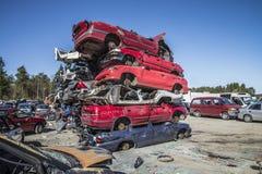 Wrackautos auf einem Schrottplatz lizenzfreie stockbilder