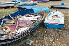Wracke von Fischenschaluppen auf sizilianischem Strand Stockfotografie