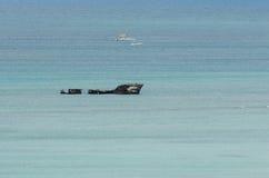 Wraków jachty w błękitnym morzu karaibskim Zdjęcia Royalty Free