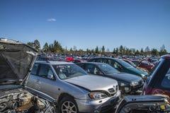 Wraków samochody na złomowym jardzie zdjęcia stock