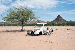 Wrak en verlaten auto de woestijn in van Nairobi, Kenia, Afrika royalty-vrije stock afbeeldingen