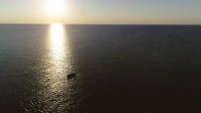 Wrak op het kalme overzees bij de zonsopgang stock videobeelden