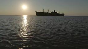 Wrak op het kalme overzees bij de zonsopgang stock footage